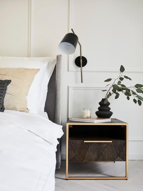 Slaapkamer met ecologisch katoenen bedding en nachtkasje van hout