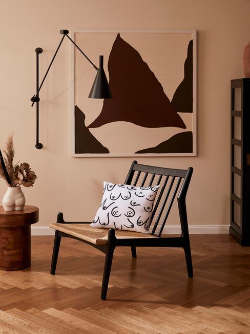 zwarte stoel met zwarte lamp en wit kussen