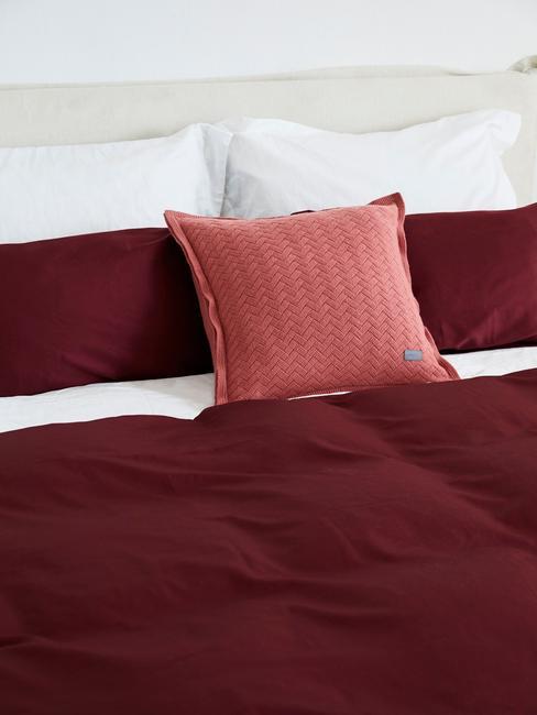 wijn rode dekens en kussens
