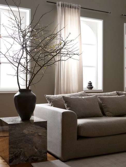 marmere tafel met zwarte vaas grijze banke en muur