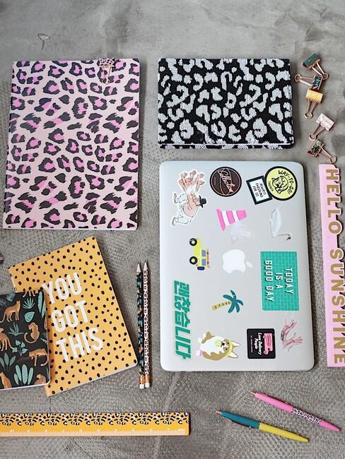 gekleurde schriften met laptop stickers