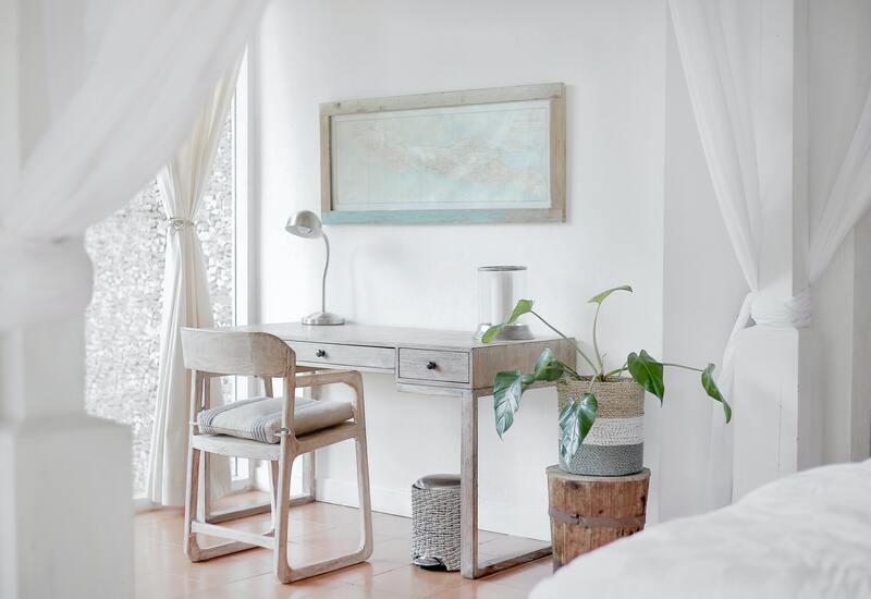 Thuiswerkple inrichten: Lichte thuiswerkplek met gordijnen als scheiding van de ruimtes