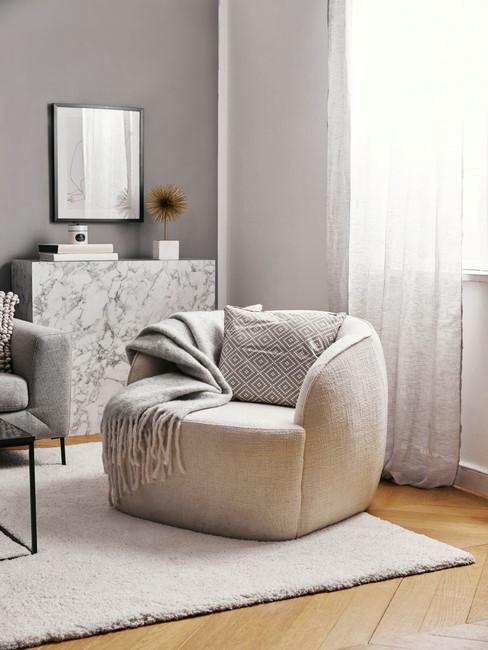 wit kleed met toupe stoel en grijze dekens