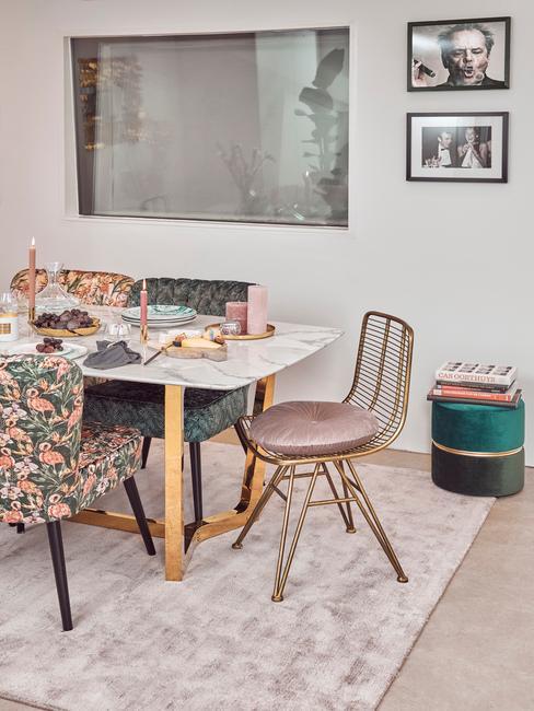 witte tafel met roze en bloemen stoelen
