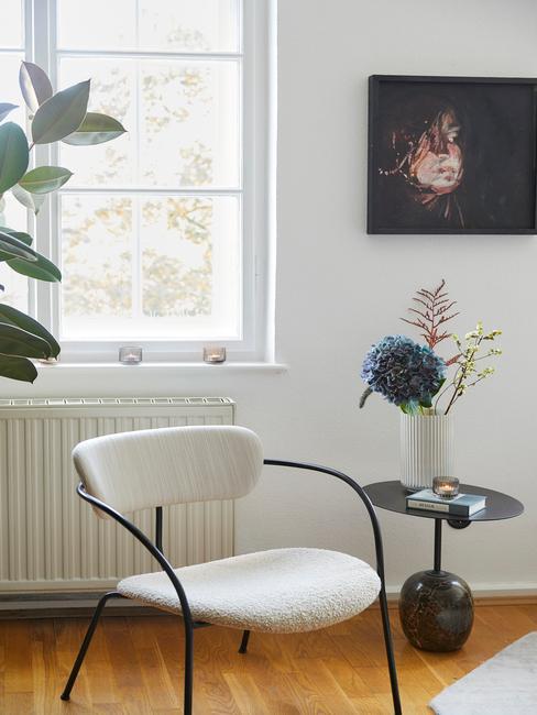 witte stoel met zwarte poten en zwarte tafel
