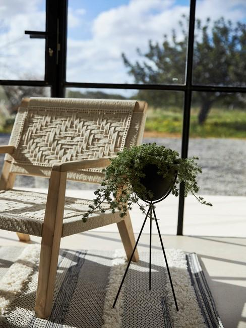 houten stoel met zwarte bak