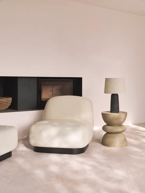 licht vloerkleed met witte stoel met houten tafel