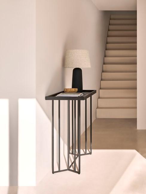 zwarte tafel met lamp met toupe kap