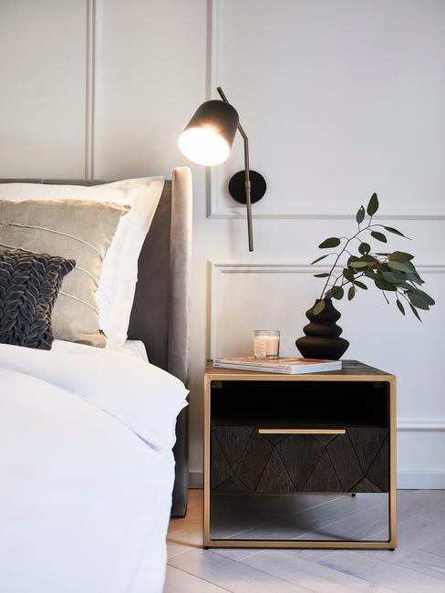 donker hout nacchtkast en zwarte lamp