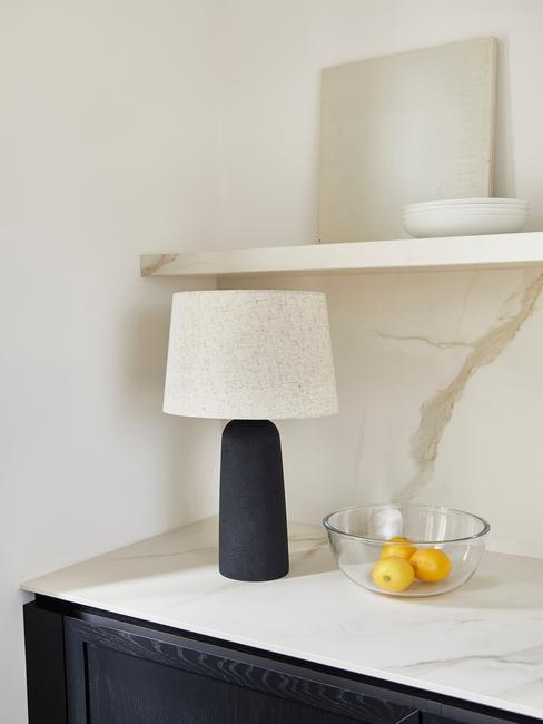 marmere keukenblas met zwarte poot en toupe lampen kap
