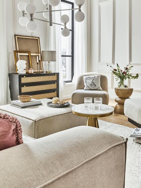 toupe woonkamer met hanglamp en stoel