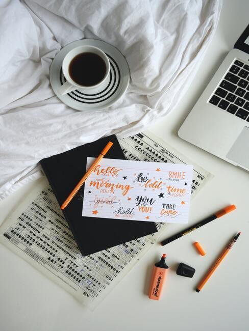 Wit dekbed met laptop en kaart