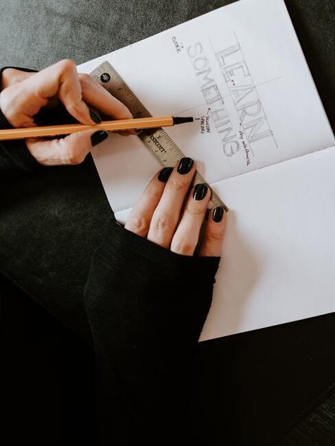 wit schrift met zwarte inkt en zwarte nagellak