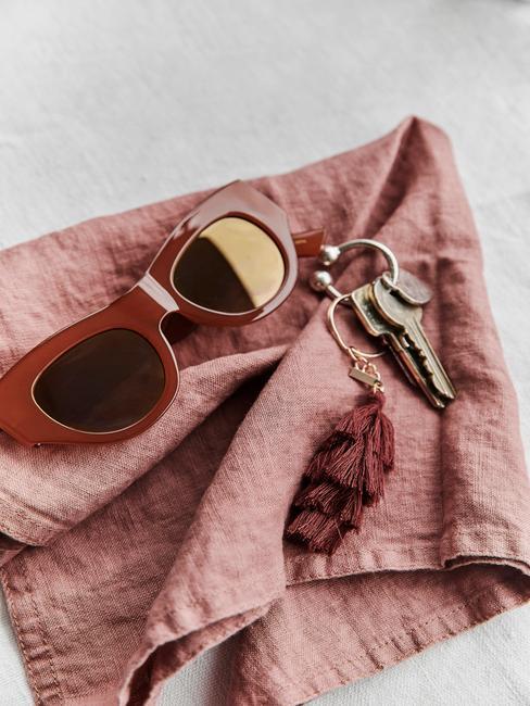 roze linnen doek met rode bril