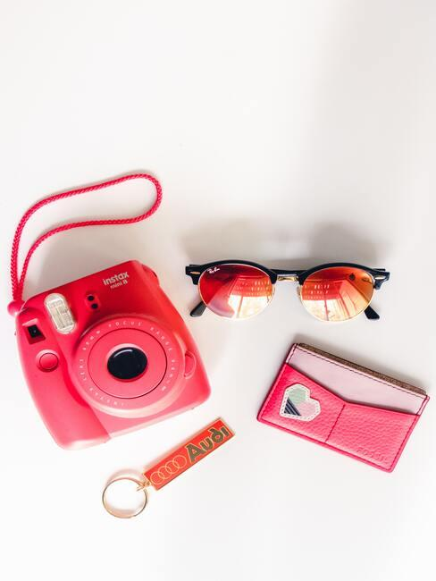 roze fotocamera met roze bril en audi hanger