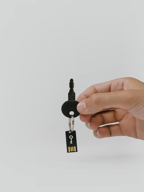 zwarte sleutel met hand