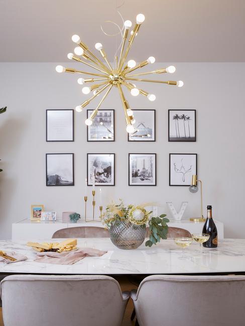 marmere tafel met gouden hanglamp