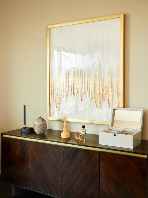bruine kast met gouden lijst
