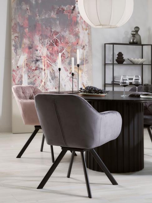 roze en grijze stoel met zwarte ronde tafel