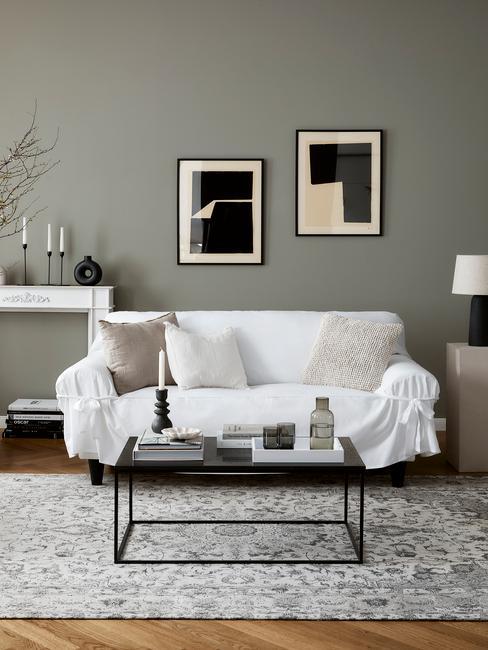 witte bank met zwarte tafel en zwarte lijsten