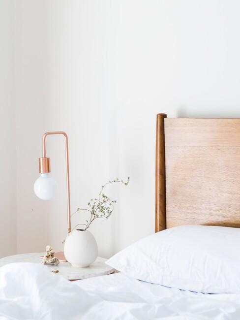 houten hoofdbord met gouden lamp