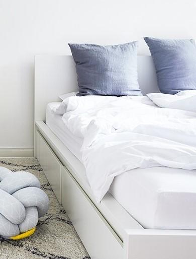 wit hoofdbord met blauwe kussens