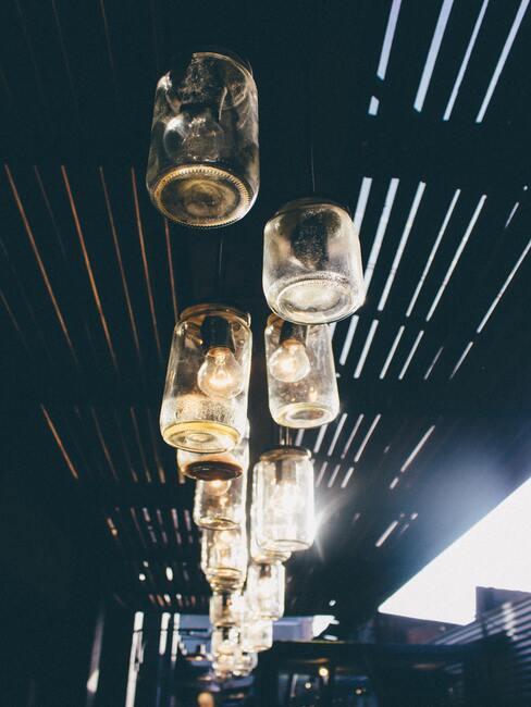 donker plafond met glazen lampen