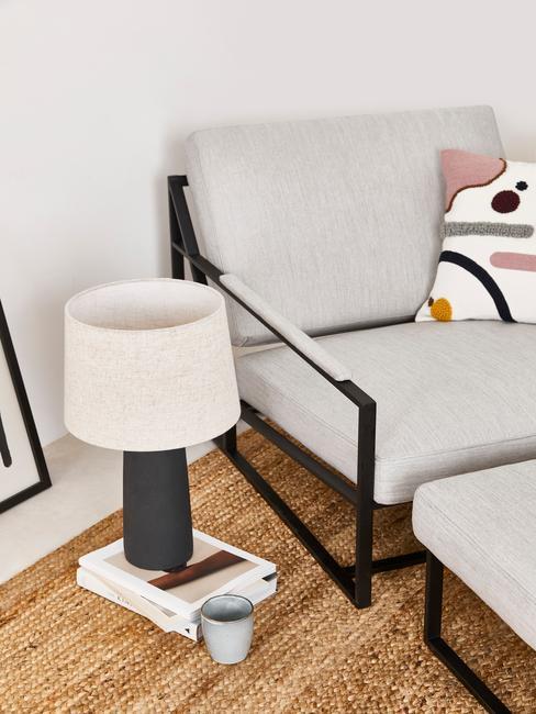 grijze stoel met zwarte poten en magazine
