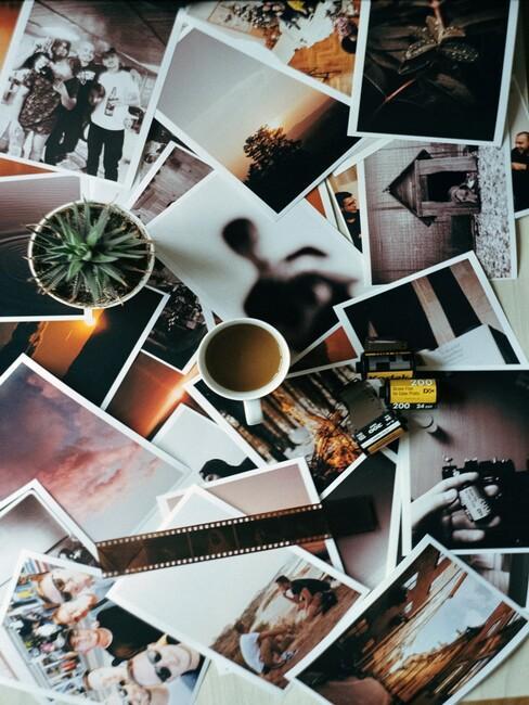 foto's op een hoop met mok