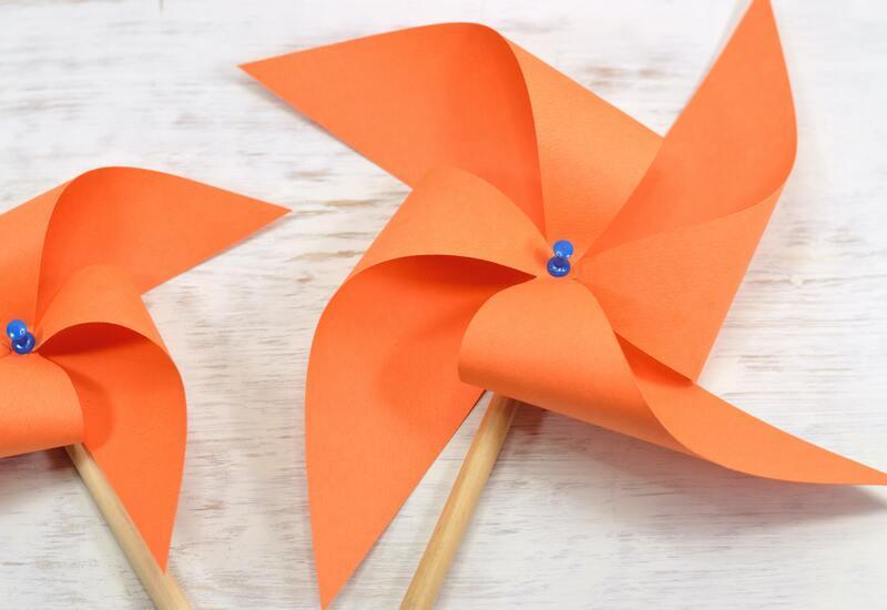 oranje windmolen met blauwe knop