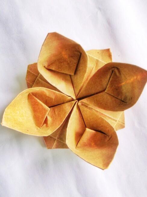 gele origami bloem
