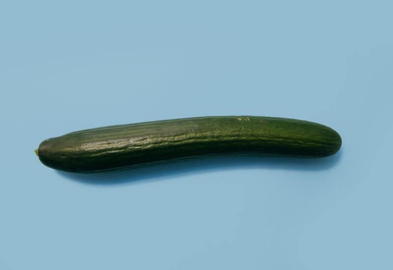 komkommer op blauwe achtergrond