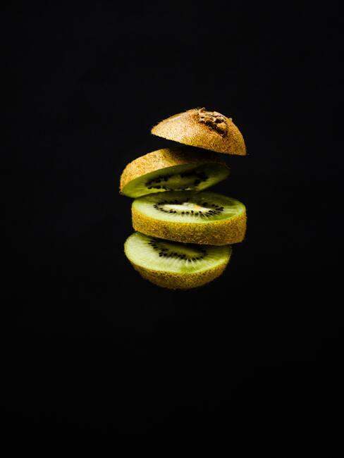 donkere achtergrond met schijfjes kiwi