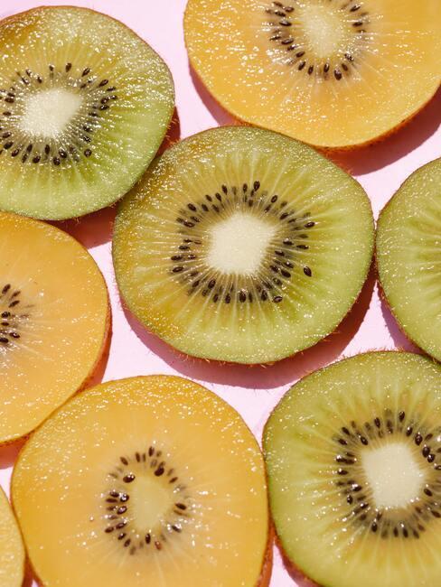gele en groene kiwi's