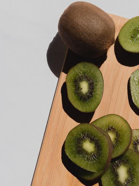 kiwi op houten snijplank