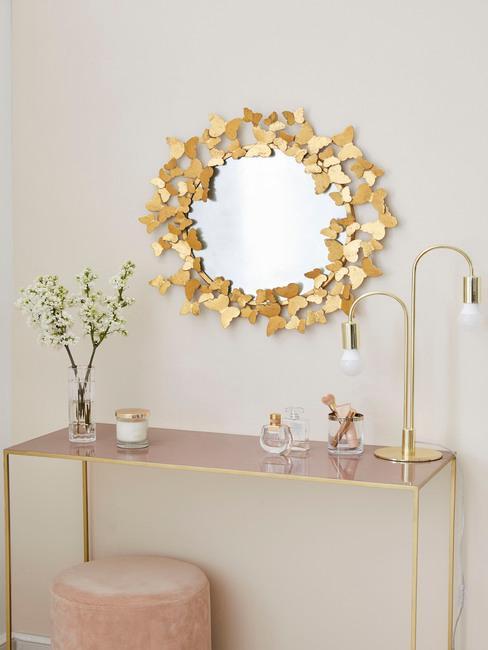 gouden wandkast met gouden ronde tafel
