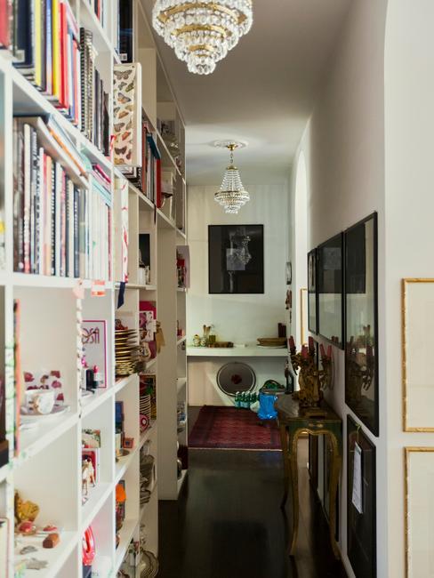 witte boekenkast met boeken