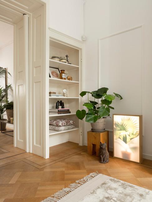 witte boekenkast in een rustieke woonkamer