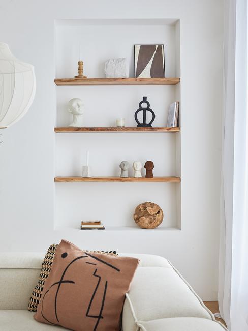 houten planken in de muur met vazen en boeken