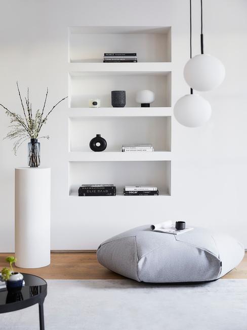 witte boekenkast in een moderne woonkamer