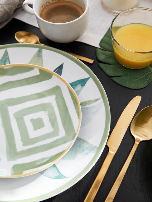 groen met wit porseleinen bord en goud bestek