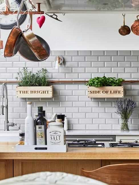 landelijke keuken met witte tegels en houten aanrechtblad