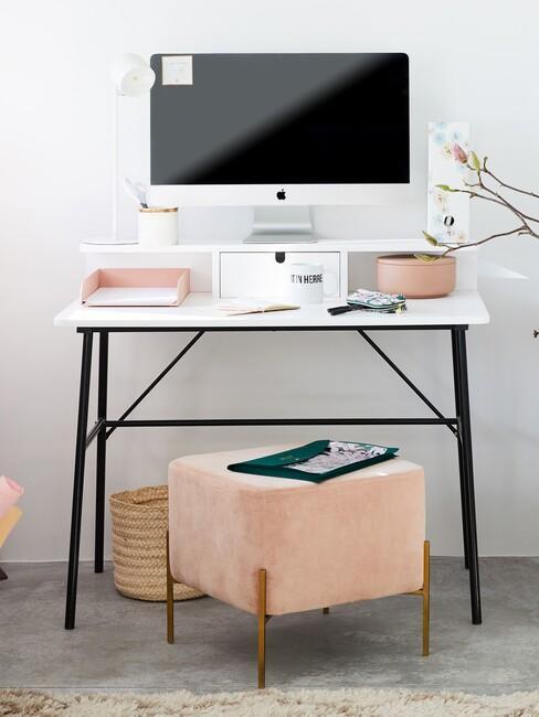 wit bureau met zwarte poten en roze poef