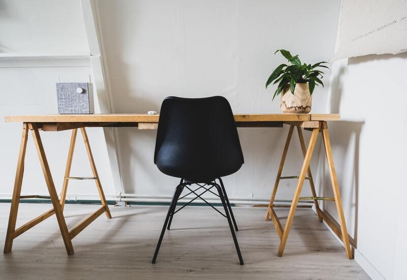 houten bureau met zwarte stoel