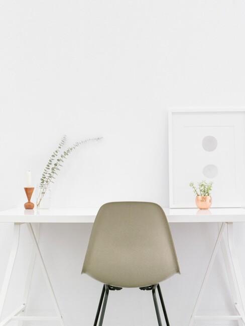 wit bureau met grijze stoel