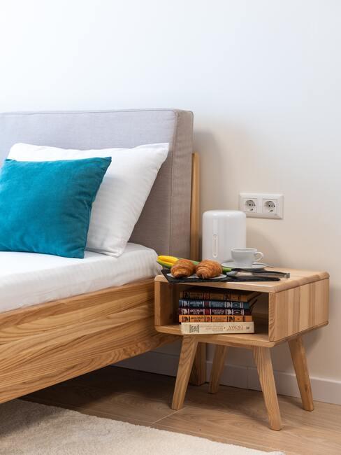 houten bed met bijpassend houten nachtkastje