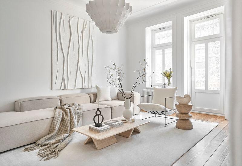 textured abstract art schilderij in een minimalistische woonkamer