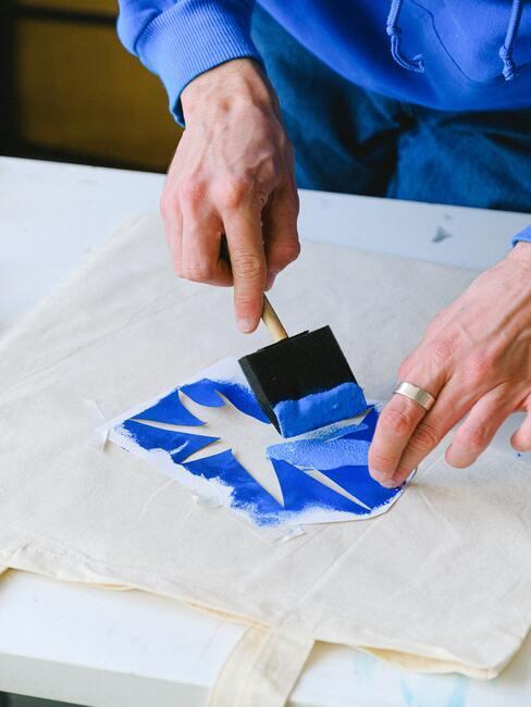 witte tas met blauwe verf