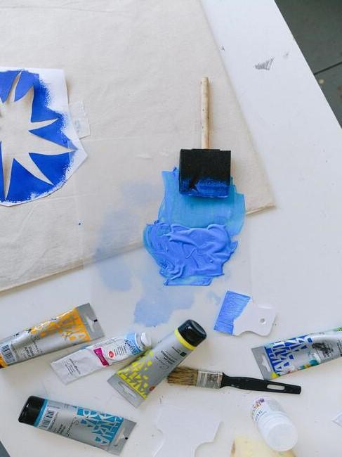 witte stof met blauwe verf