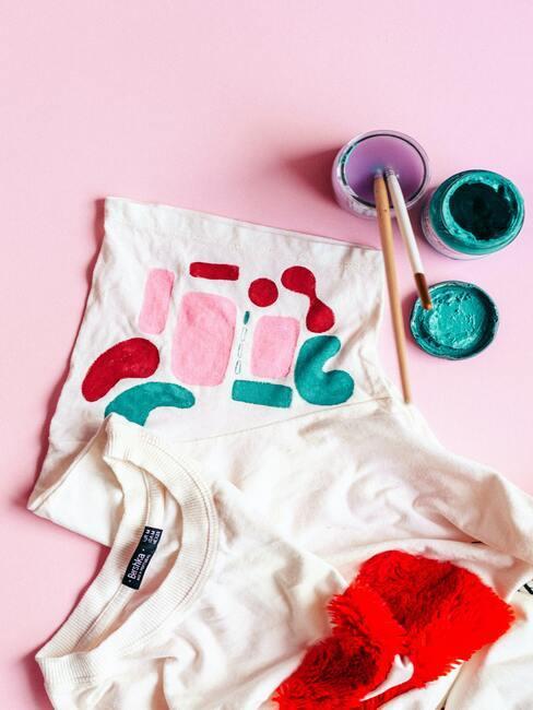 witte stof met roze en groene verf